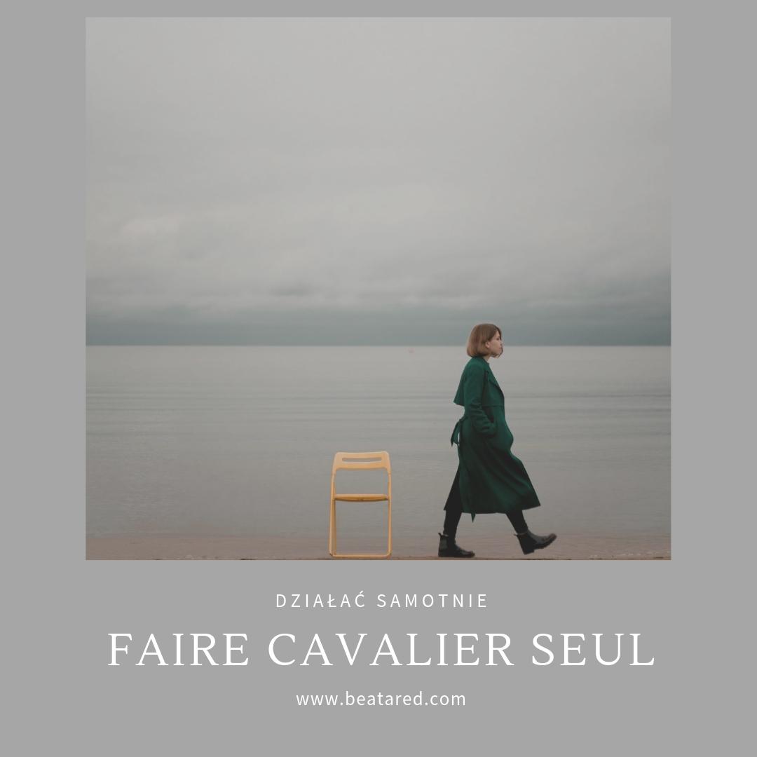 Francuskie wyrażenie: faire cavalier seul, czyli działać samotnie.